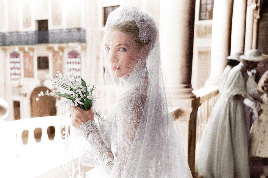 Encore quelques minutes et la mariée déposera son bouquet devant la statue de la Vierge à Sainte-Dévote. Le 19 avril 1956, dans la galerie d'H...