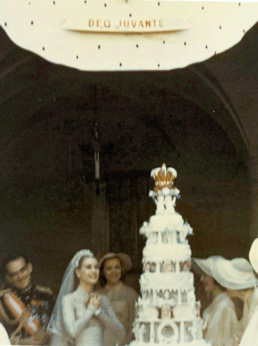La princesse découvre la pièce montée de 90 kilos. Sous la devise de Monaco, « Deo juvante » (avec l'aide de Dieu).