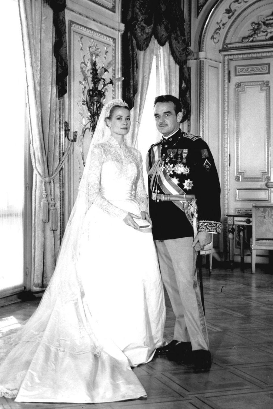 Grace Kelly et le prince Rainier III de Monaco, le 19 avril 1956, jour de leur mariage religieux