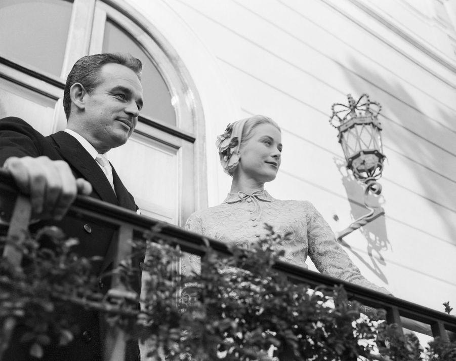 Grace Kelly et le prince Rainier III de Monaco, le 18 avril 1956, jour de leur mariage civil