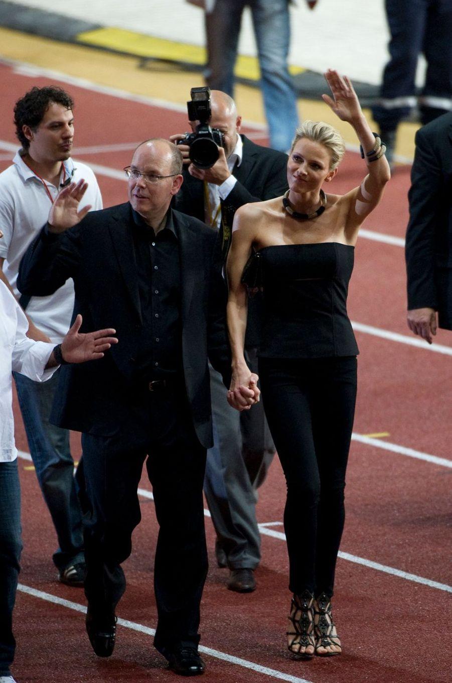 Charlène Wittstock, en total look black, et le prince Albert II de Monaco au stade Louis-II à Monaco, le 30 juin 2011