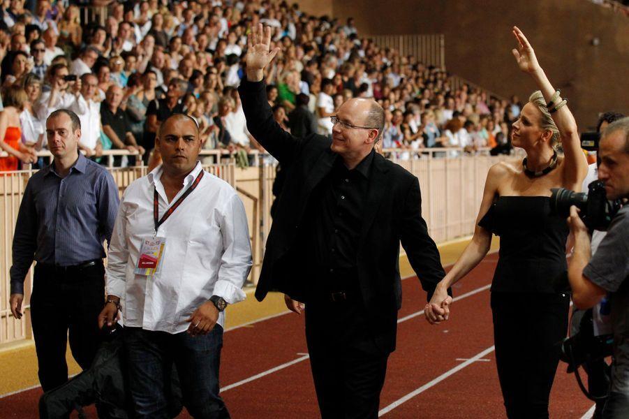 Charlène Wittstock et le prince Albert II de Monaco, la veille de leur mariage, au stade Louis-II à Monaco, le 30 juin 2011