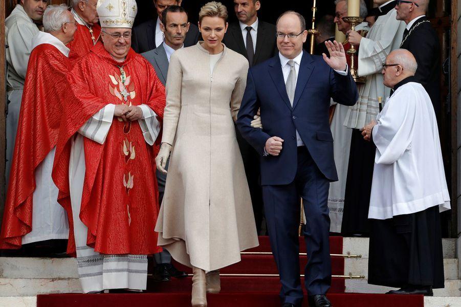 La princesse Charlène et le prince Albert II sortent de la cathédrale de Monaco, le 27 janvier 2017
