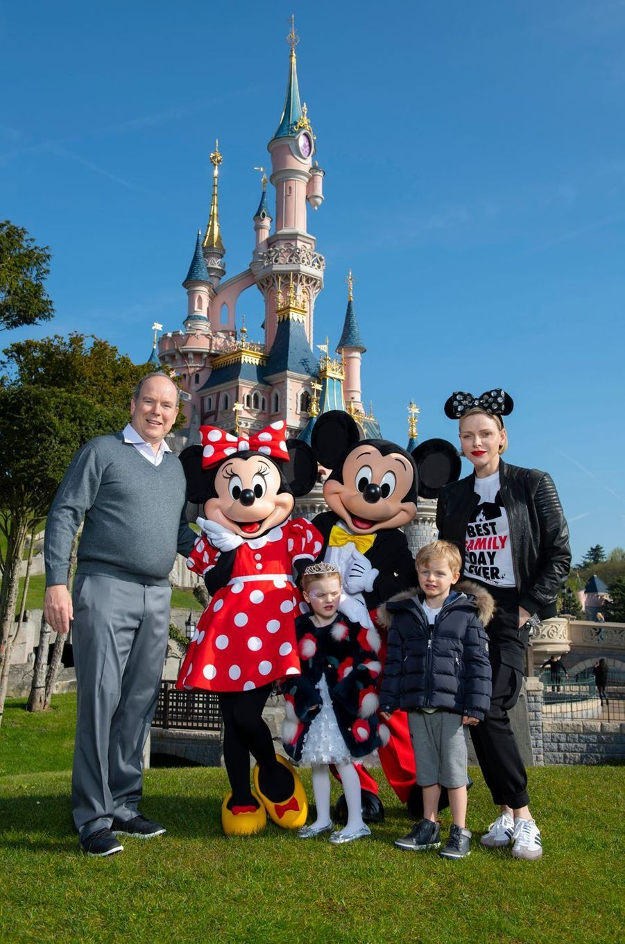 Le prince Albert II et la princesse Charlène de Monaco avec leurs jumeaux la princesse Gabriella et le prince Jacques à Disneyland Paris, le 17 avril 2019