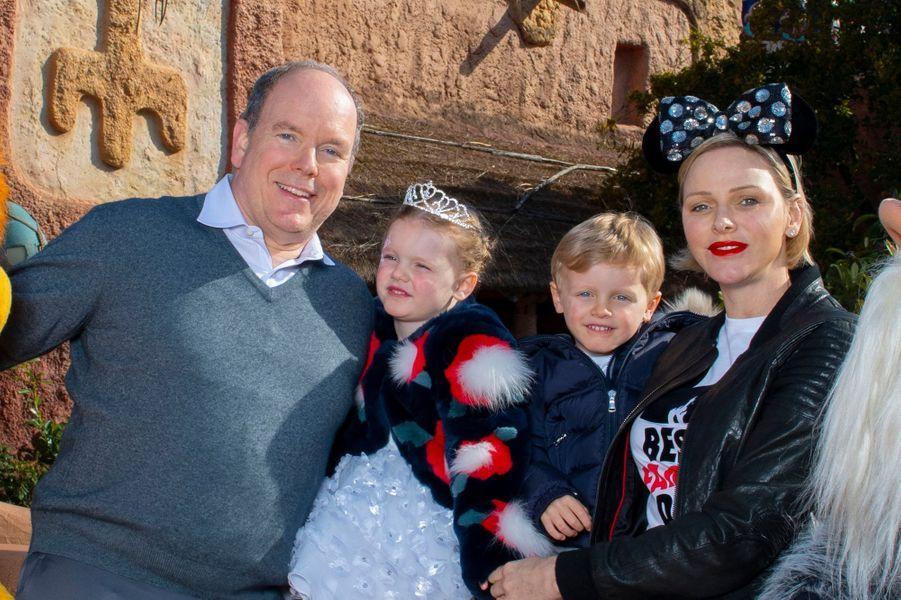 Le prince Albert II et la princesse Charlène de Monaco avec leurs petits jumeaux à Disneyland Paris, le 17 avril 2019