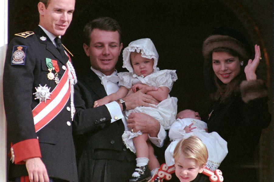 Charlotte Casiraghi avec la famille princière, dans les bras de son père, le 19 novembre 1987