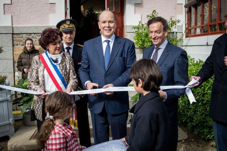 """Le prince Albert II de Monaco inaugure """"Grace de Monaco princesse en Dior"""" au musée Christian Dior à Granville, le 25 avril 2019"""