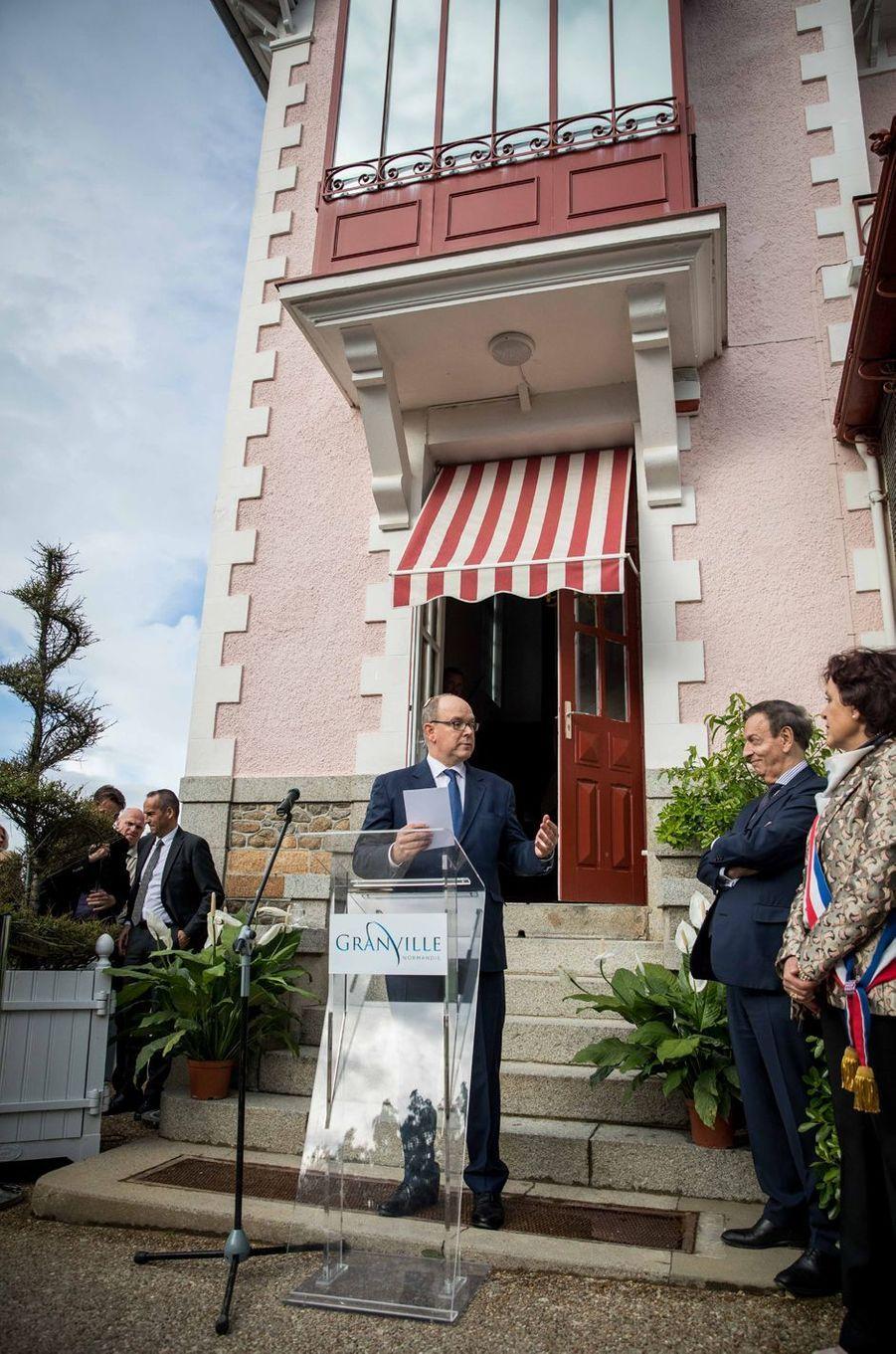 """Le prince Albert II de Monaco inaugure l'exposition """"Grace de Monaco princesse en Dior"""" au musée Christian Dior à Granville, le 25 avril 2019"""