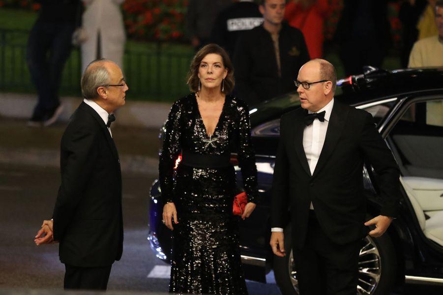 La princesse Caroline de Hanovre, dans une robe scintillante, et le prince Albert II de Monaco à Monaco, le 19 octobre 2018
