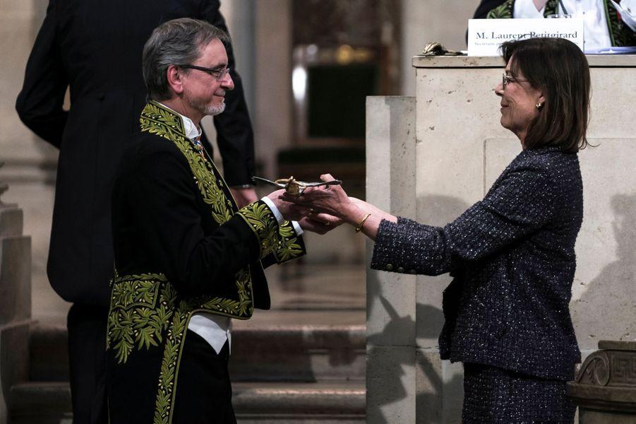 La princesse Caroline de Monaco remet son épée d'académicien à Jiri Kylian à Paris, le 13 mars 2019