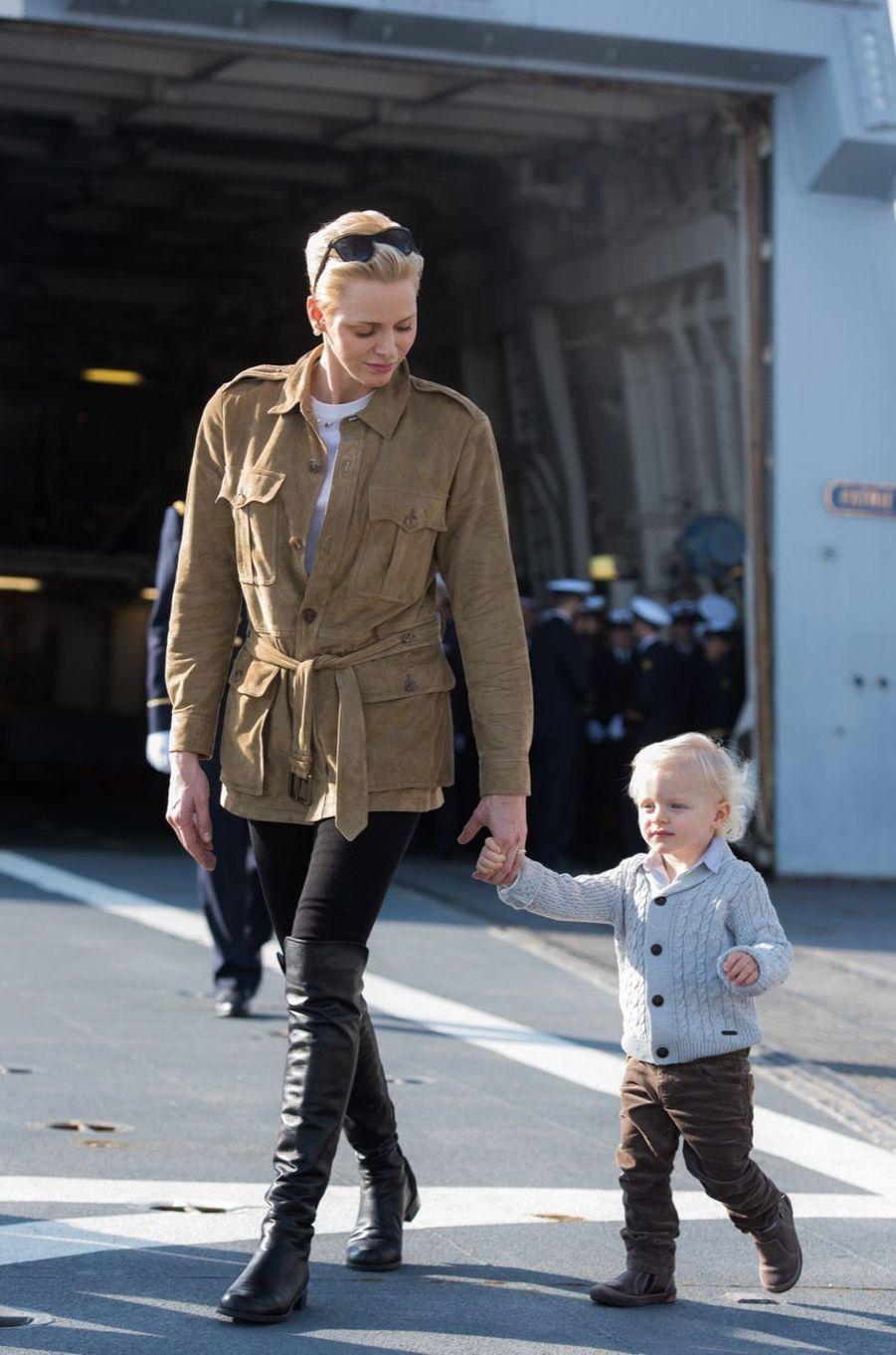 La Princesse Charlène De Monaco Et Son Fils Le Prince Jacques Visitent La Frégate Guépratte 1