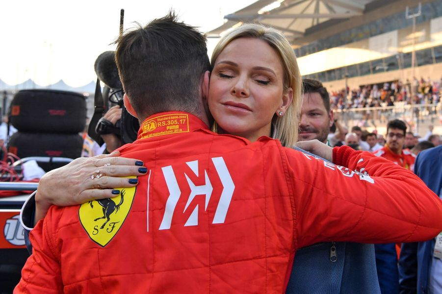 La princesse Charlène de Monaco avec le coureur de F1 monégasque Charles Leclerc à Abu Dhabi, le 1er décembre 2019