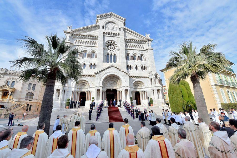 La princesse Charlène et le prince Albert II de Monaco accueillent le nouvel archevêque de Monaco, le 8 mars 2020