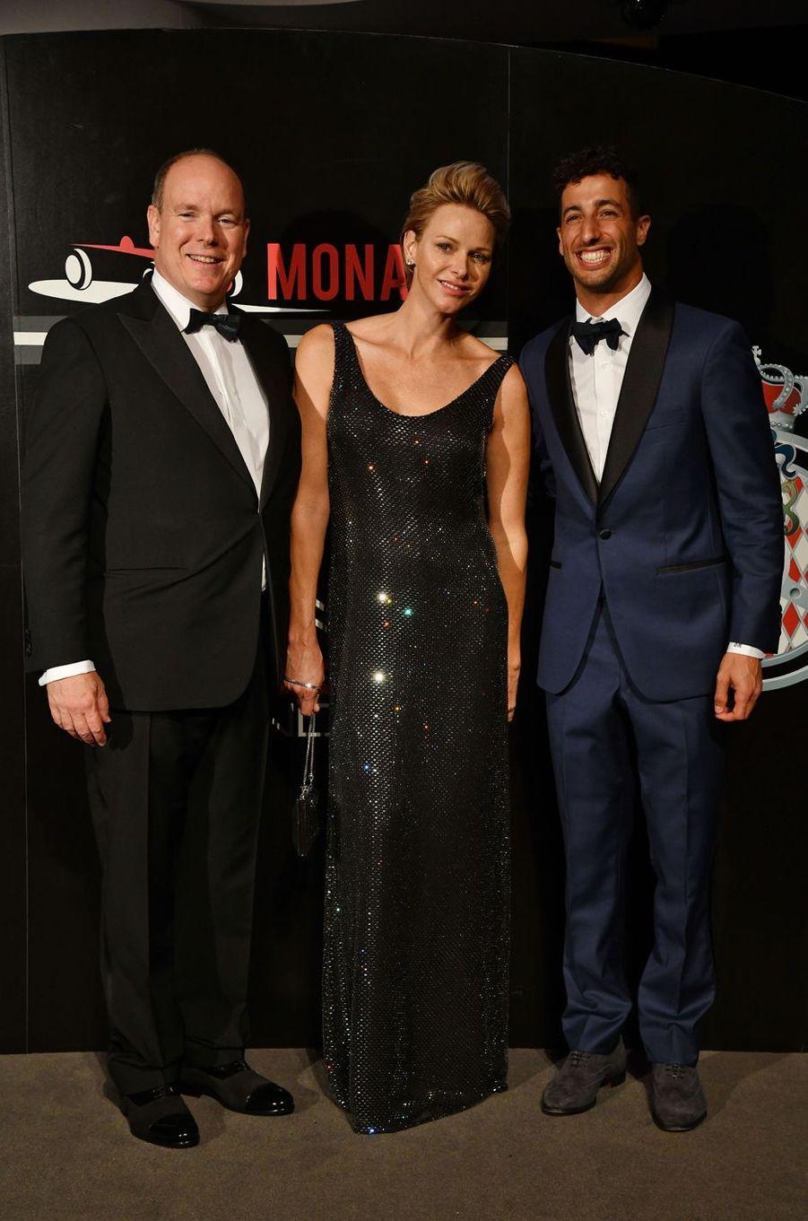 La princesse Charlène et le prince Albert II de Monaco avec Daniel Ricciardo à Monaco, le 27 mai 2018