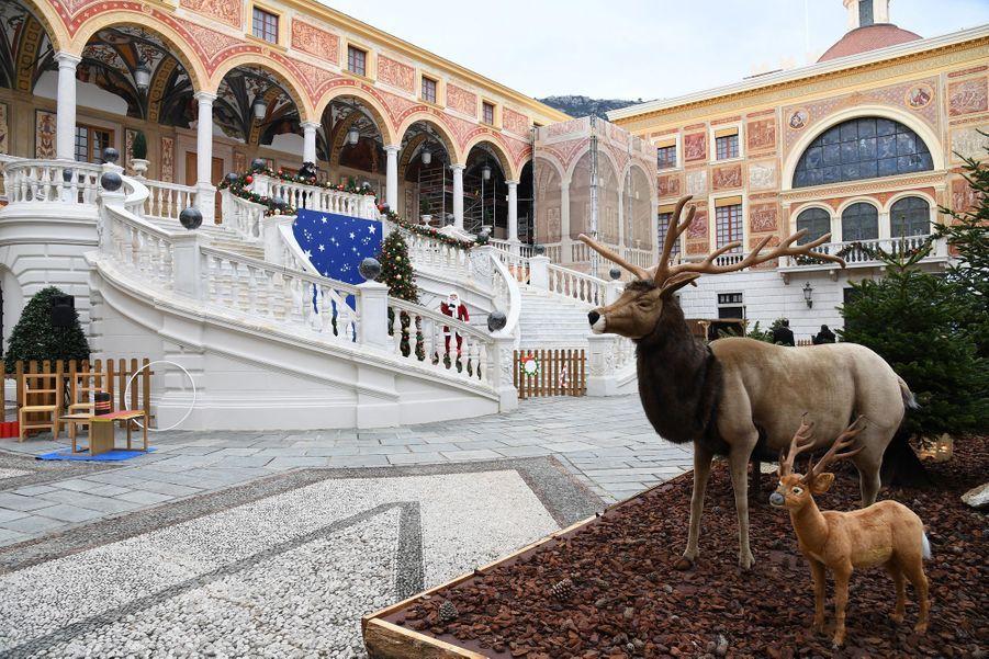 La décoration de Noël de la cour du Palais princier de Monaco, le 16 décembre 2020