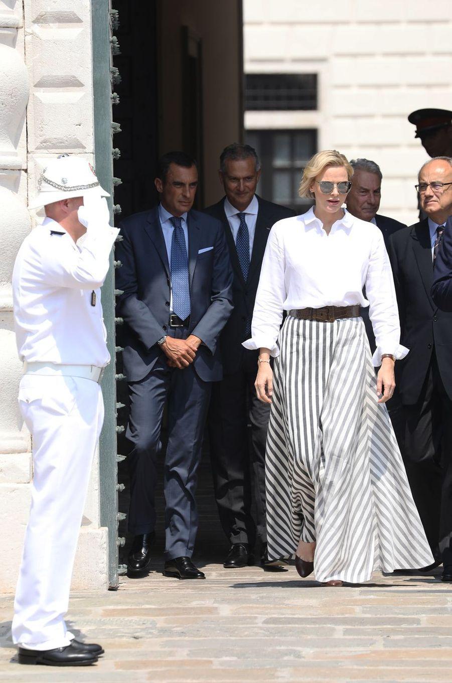 La princesse Charlène de Monaco dans une maxi jupe rayée à Monaco, le 30 juin 2019