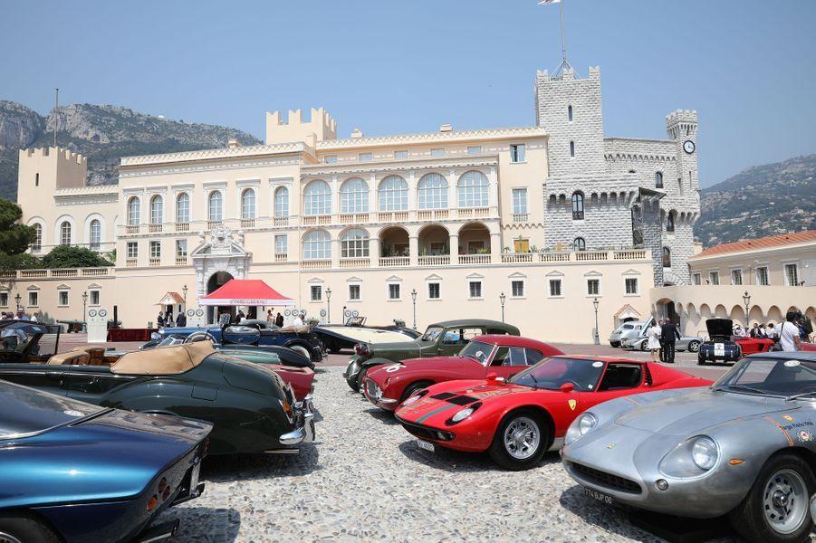 Les voitures du concours«Elégance et automobile à Monte-Carlo» devant le Palais princier de Monaco, le 30 juin 2019