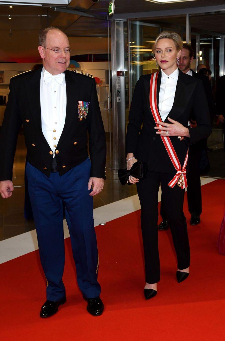 La princesse Charlène, en smoking noir, et le prince Albert II de Monaco à Monaco, le 19 novembre 2019