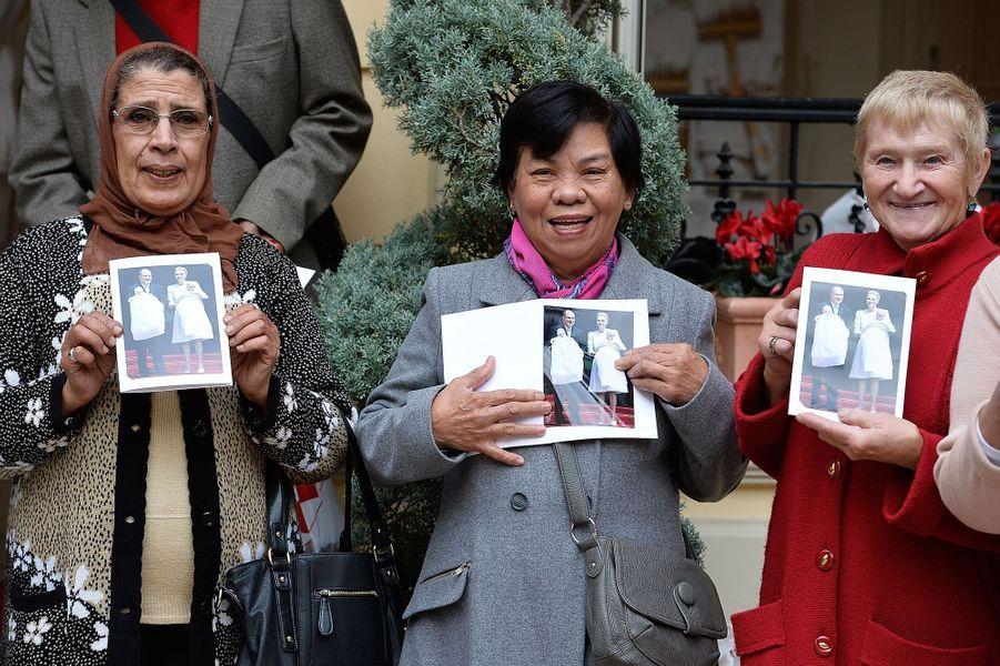 Aux colis de la Croix-Rouge s'est ajoutée une photo du couple princier avec leurs jumeaux, le 17 novembre 2015