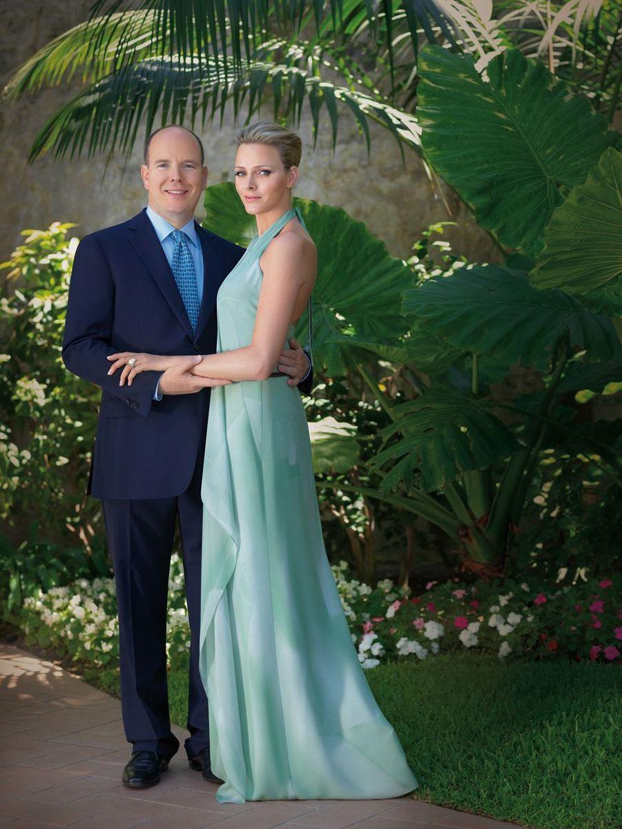 Charlène Wittstock, en Akris, avec le prince Albert II de Monaco. Photo de l'annonce de leur fiançailles, le 23 juin 2010