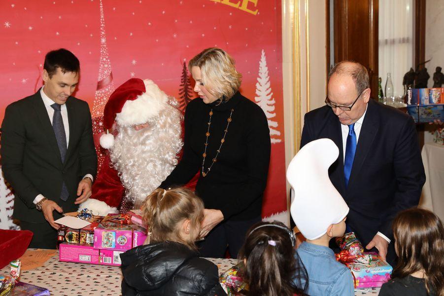 La princesse Charlène et le prince Albert II de Monaco avec Louis Ducruet à Monaco, le 18 décembre 2019
