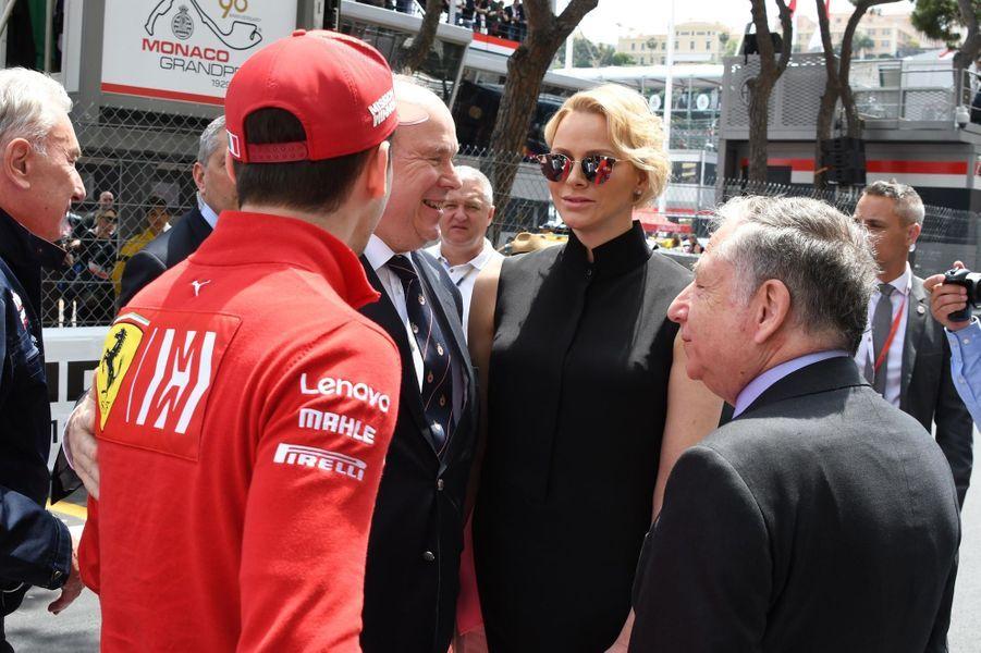 La princesse Charlène et le prince Albert II de Monaco avec le coureur monégasque Charles Leclerc, à Monaco le 26 mai 2019