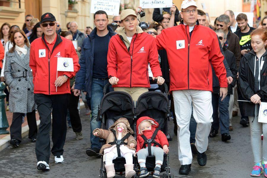 La princesse Charlène et le prince Albert II de Monaco avec la princesse Gabriella et le prince Jacques à Monaco, le 29 novembre 2015