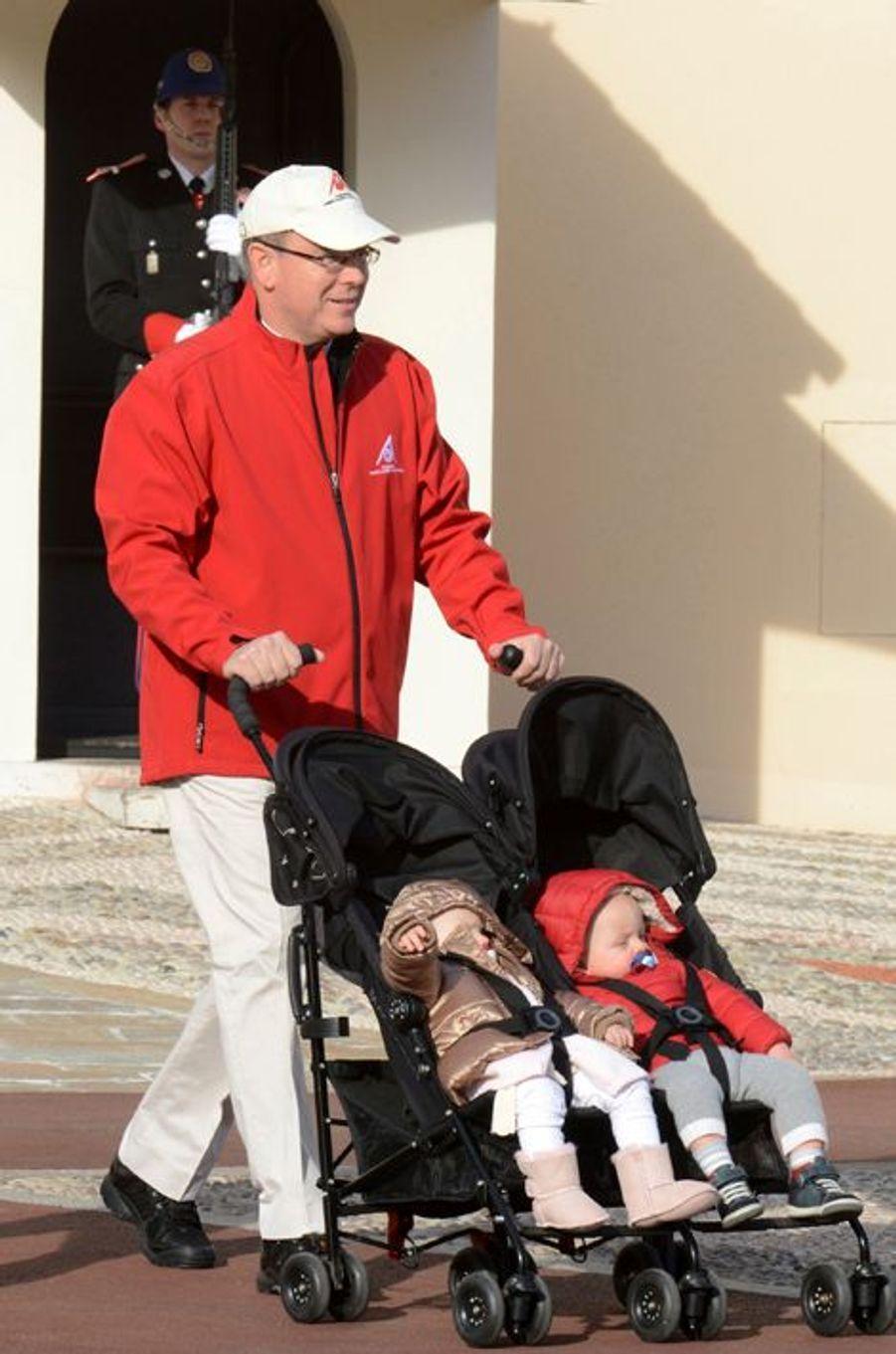 Le prince Albert II de Monaco avec la princesse Gabriella et le prince Jacques à Monaco, le 29 novembre 2015