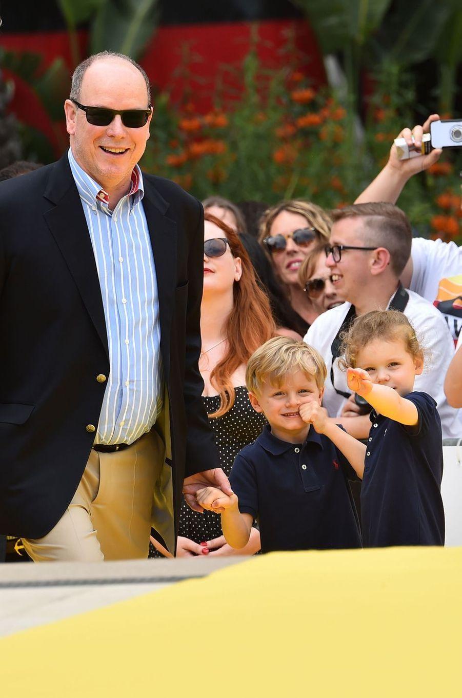 Le prince Albert II de Monaco avec ses jumeaux la princesse Gabriella et le prince héréditaire Jacques à Monaco, le 16 juin 2019