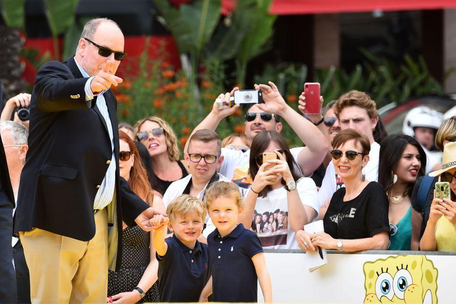 Le prince Albert II de Monaco avec ses jumeaux la princesse Gabriella et le prince Jacques à Monaco, le 16 juin 2019