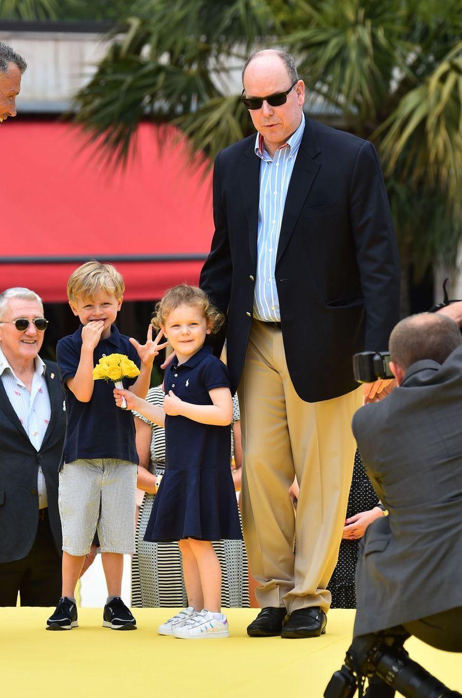 La princesse Gabriella et le prince héréditaire Jacques de Monaco avec leur père le prince Albert II à Monaco, le 16 juin 2019