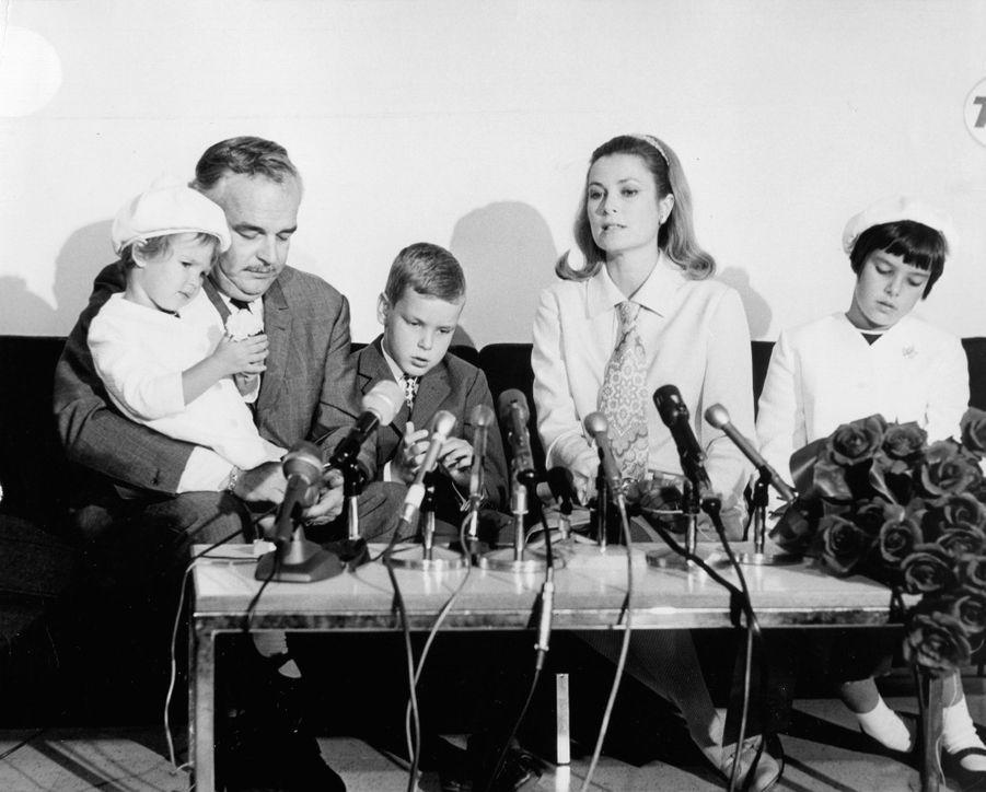 La princesse Stéphanie de Monaco avec ses parents, son frère et sa soeur, en 1967
