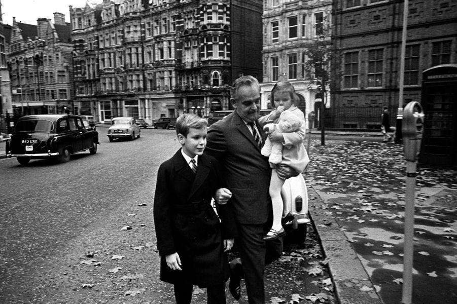 La princesse Stéphanie de Monaco avec son père et son frère à Londres. Photo non datée