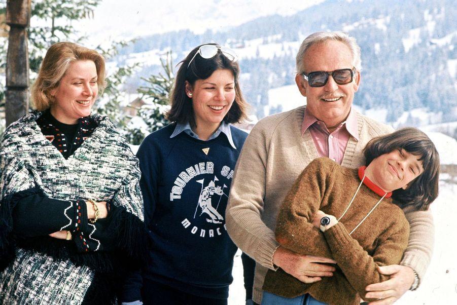 La princesse Stéphanie de Monaco avec ses parents et sa soeur en 1977