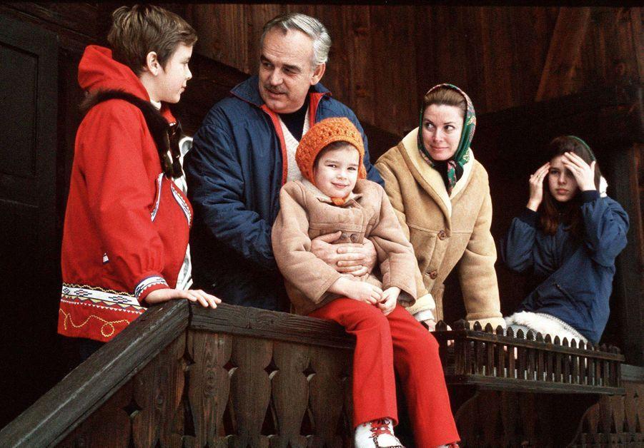 La princesse Stéphanie de Monaco avec ses parents, son frère et sa soeur, le 12 février 1970