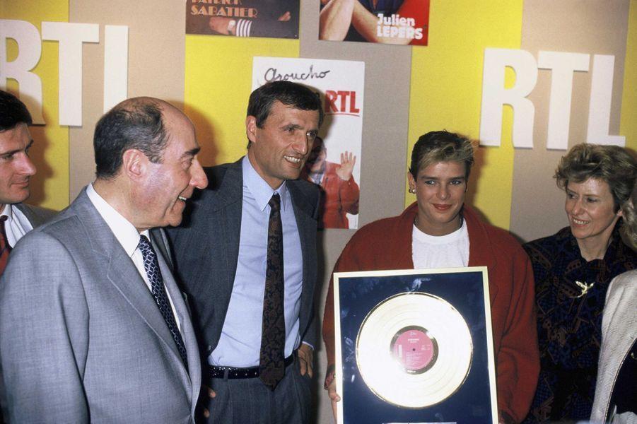 """La princesse Stéphanie de Monaco reçoit un disque d'or pour """"Ouragan"""", avec François Léotard, ministre de la Culture, le 21 janvier 1987"""