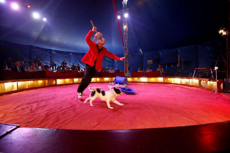 La princesse Stéphanie de Monaco (à gauche) sous le chapiteau du cirque Piedon à La Turbie, le 28 août 2018