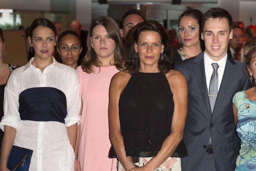 La princesse Stéphanie de Monaco entourée de ses enfants Pauline, Camille et Louis au gala de la fondation Fight Aids