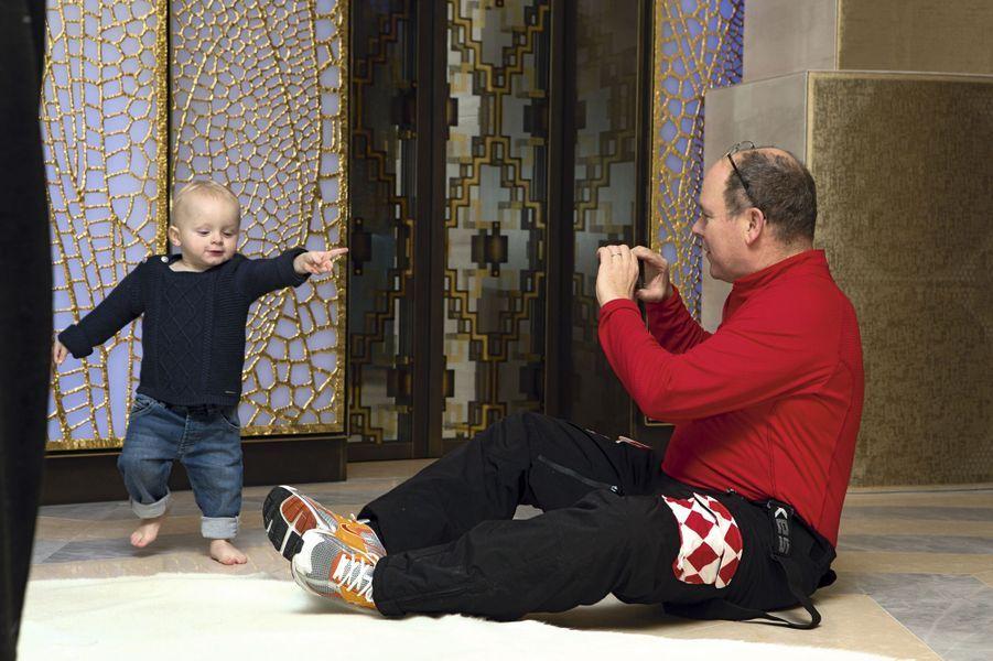 Sous l'objectif de papa venu retrouver sa famille pour le week-end, le prince Jacques montre la voie, royale forcément.