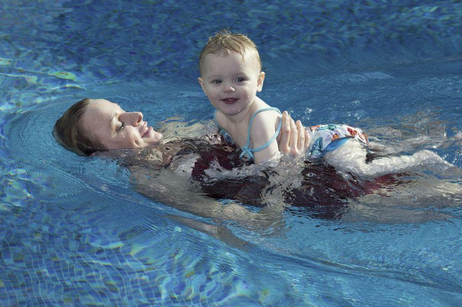 Plus besoin de brassards pour la princesse Gabriella : l'eau est son royaume. La piscine exotique, proche de l'hôtel Alpina, a été privatisée pour l'occasion.