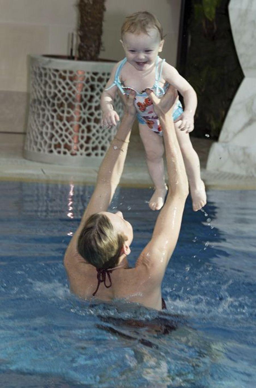 Dans les bras de sa maman, Gabriella se sent comme un poisson dans l'eau. L'ex-championne de natation sud-africaine a initié ses enfants à la méthode de l'autosauvetage, qui enseigne aux bébés à s'équilibrer et à se retourner pour éviter la noyade : « Jacques et Gabriella ont appris à nager avant de savoir marcher. » Une cause que Charlène défend avec ferveur au travers de sa fondation. Celle-ci cherche à rendre les enfants des milieux défavorisés responsables grâce aux valeurs du sport et de la solidarité. Et à sensibiliser l'opinion publique aux dangers de la baignade. Mais, pour l'heure, priorité à la détente, en attendant la fête : le 14 mars, le prince Albert célébrait ses 58 ans.