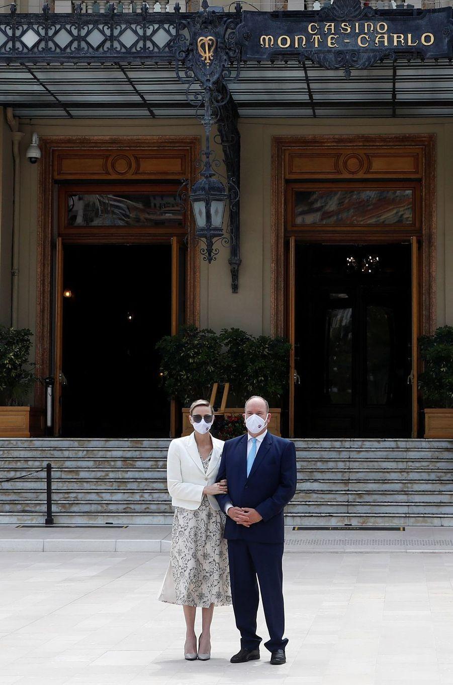 La princesse Charlène et le prince Albert II de Monaco devant le Casino de Monaco, le 2 juin 2020