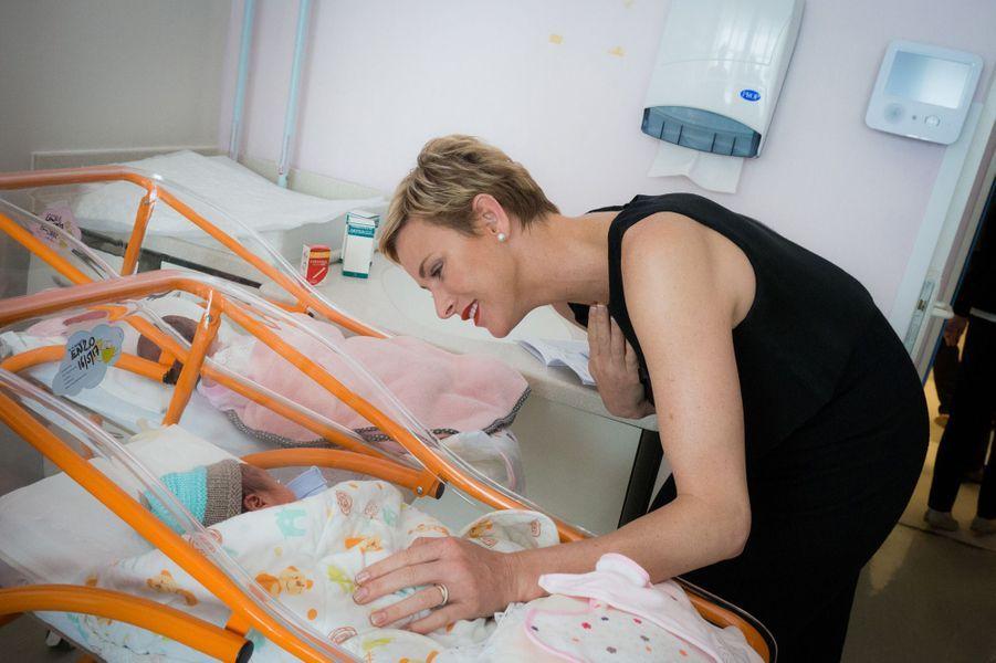 La Princesse a rendu visite aux jeunes mamans et nouveaux nés de la maternité du Centre hospitalier Princesse Grace.