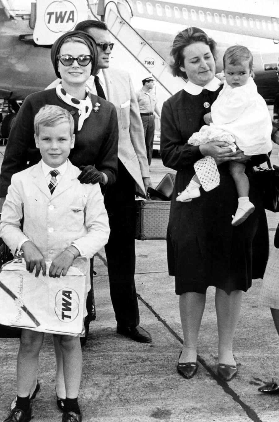 Le prince Albert de Monaco avec les princesses Grace et Stéphanie, en 1966