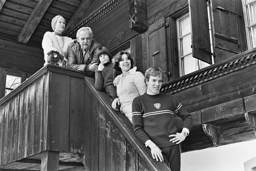 Le prince Albert de Monaco avec ses parents et ses soeurs, le 13 mars 1976