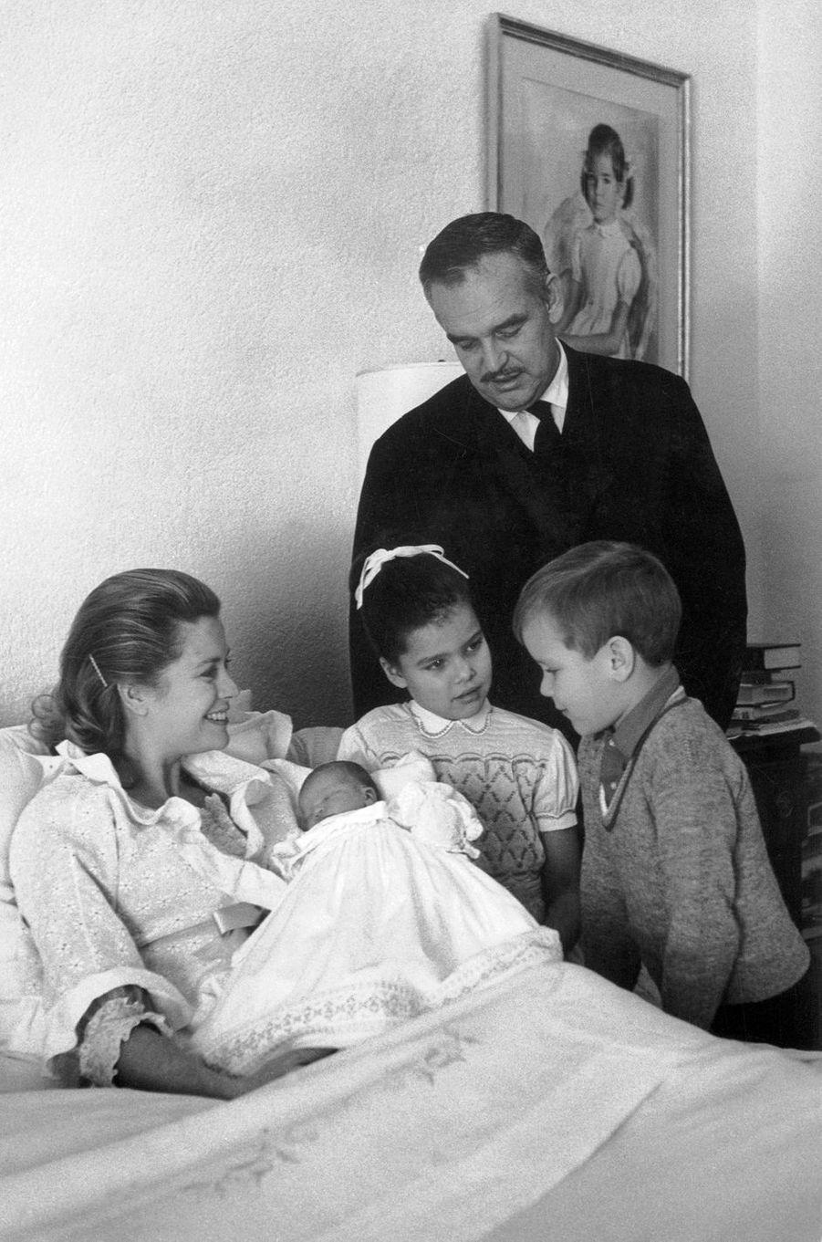 Le prince Albert de Monaco avec ses parents et ses soeurs, le 4 février 1965