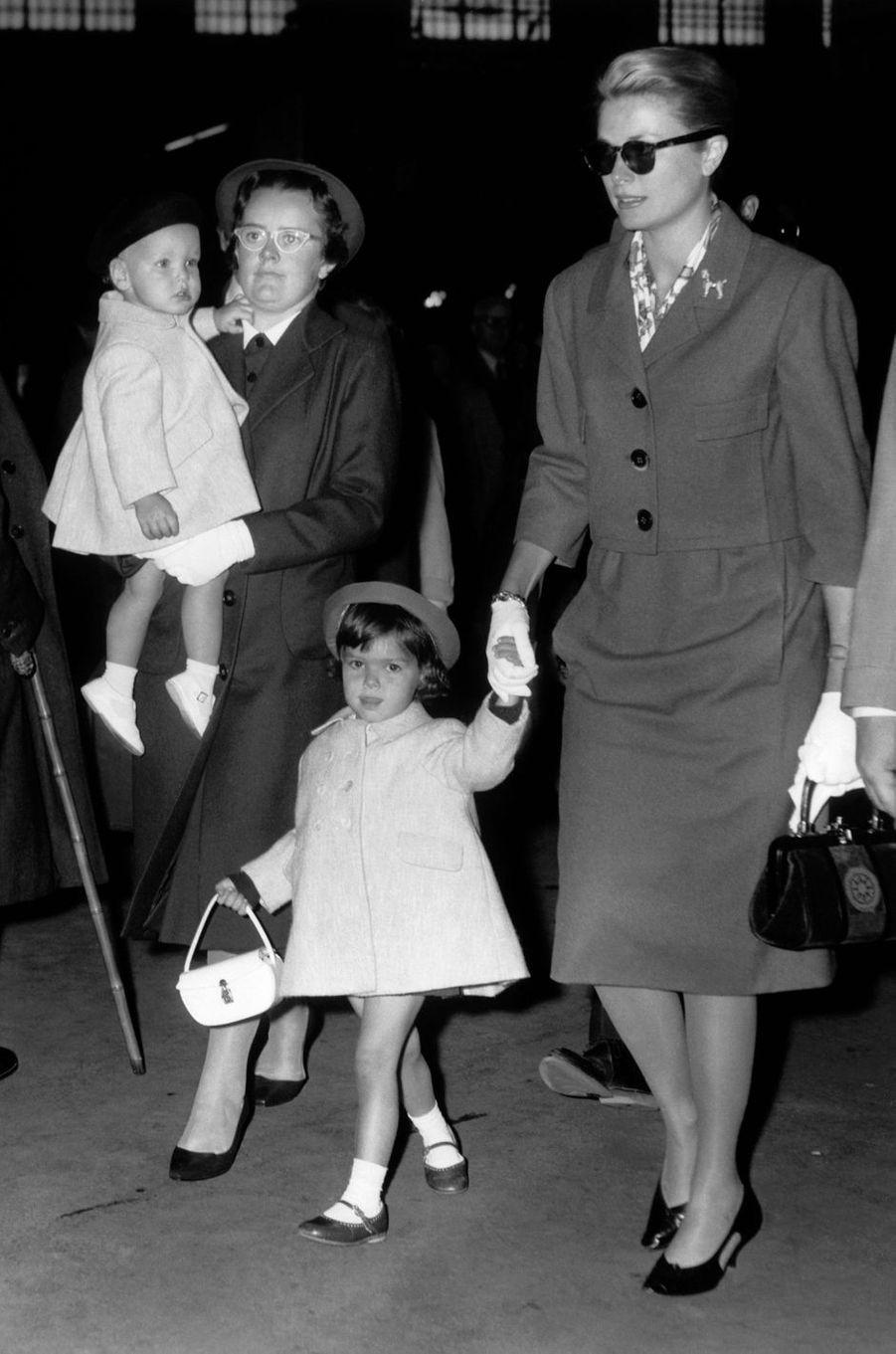Le prince Albert de Monaco avec les princesses Grace et Caroline, le 5 octobre 1959