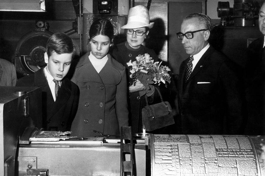 Le prince Albert de Monaco avec les princesses Grace et Caroline, le 10 janvier 1970