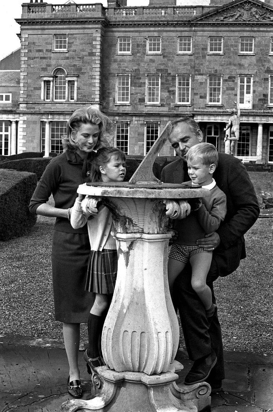 Le prince Albert de Monaco avec ses parents et la princesse Caroline, le 27 août 1963
