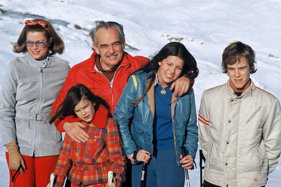 Le prince Albert de Monaco avec ses parents et ses soeurs, en 1971